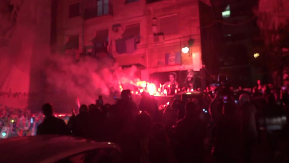Italia: Hinchas del fútbol encienden bengalas y lloran la muerte de la estrella del Nápoles, Diego Maradona