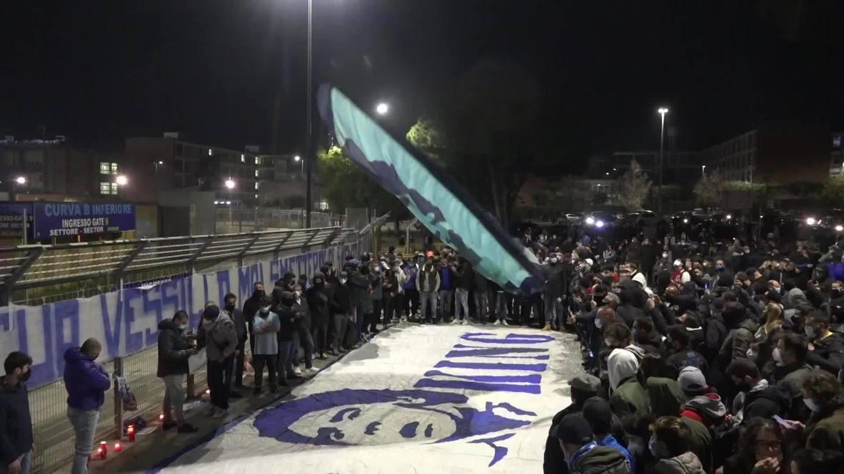 إيطاليا: الجماهير تحتشد قرب ملعب سان باولو في نابولي إحياءً لذكرى أسطورة كرة القدم مارادونا