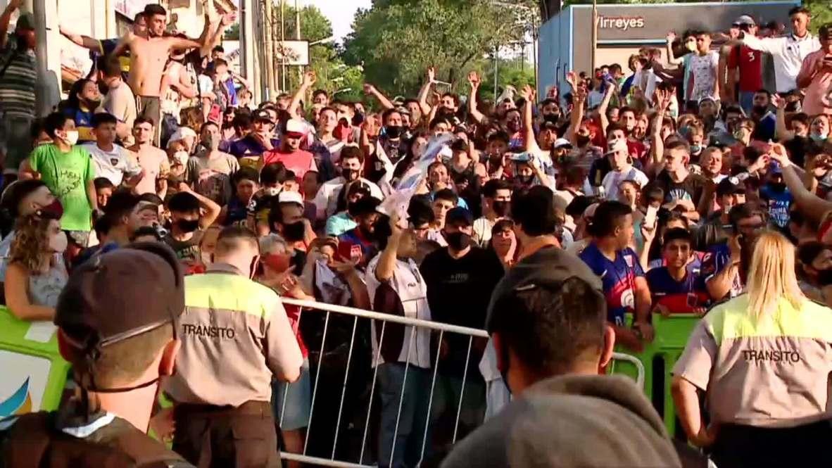 Argentina: Hinchas se congregan frente a la morgue para rendir homenaje a Maradona