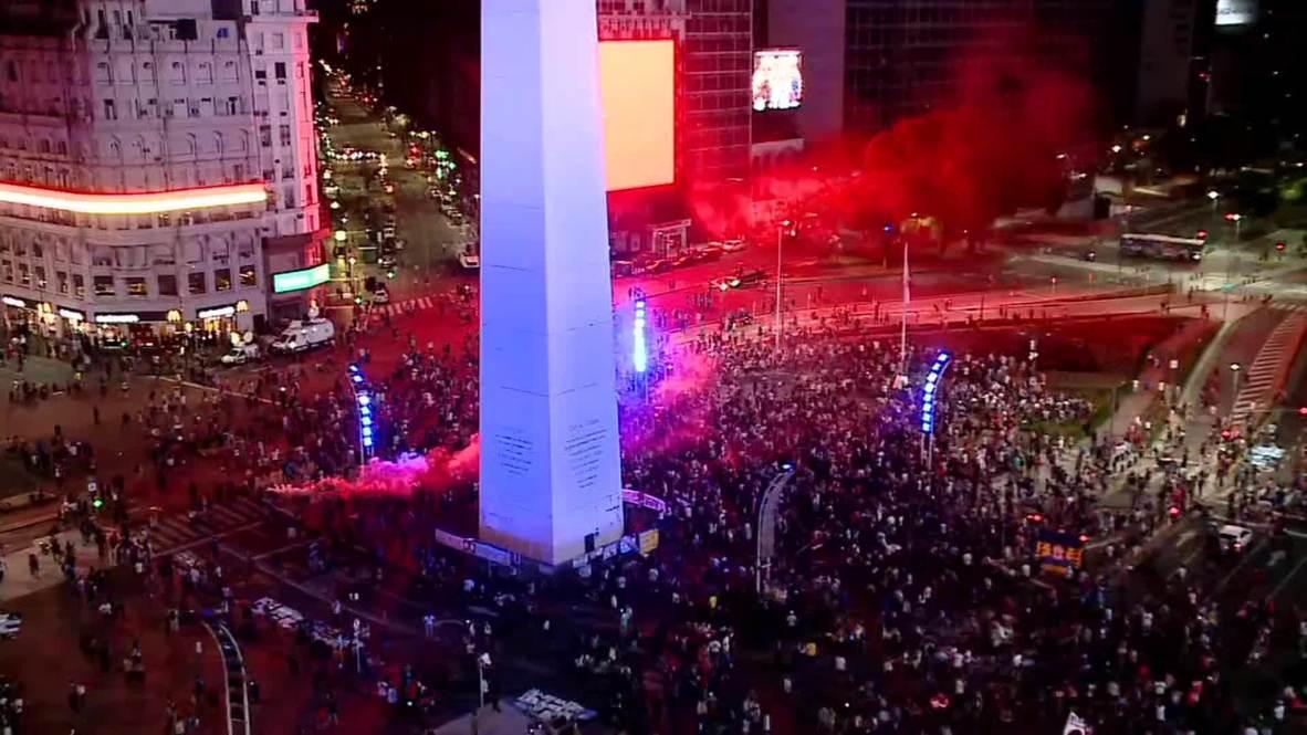 Argentina: Hinchas lloran a la muerte de Diego Maradona en el Obelisco de Buenos Aires