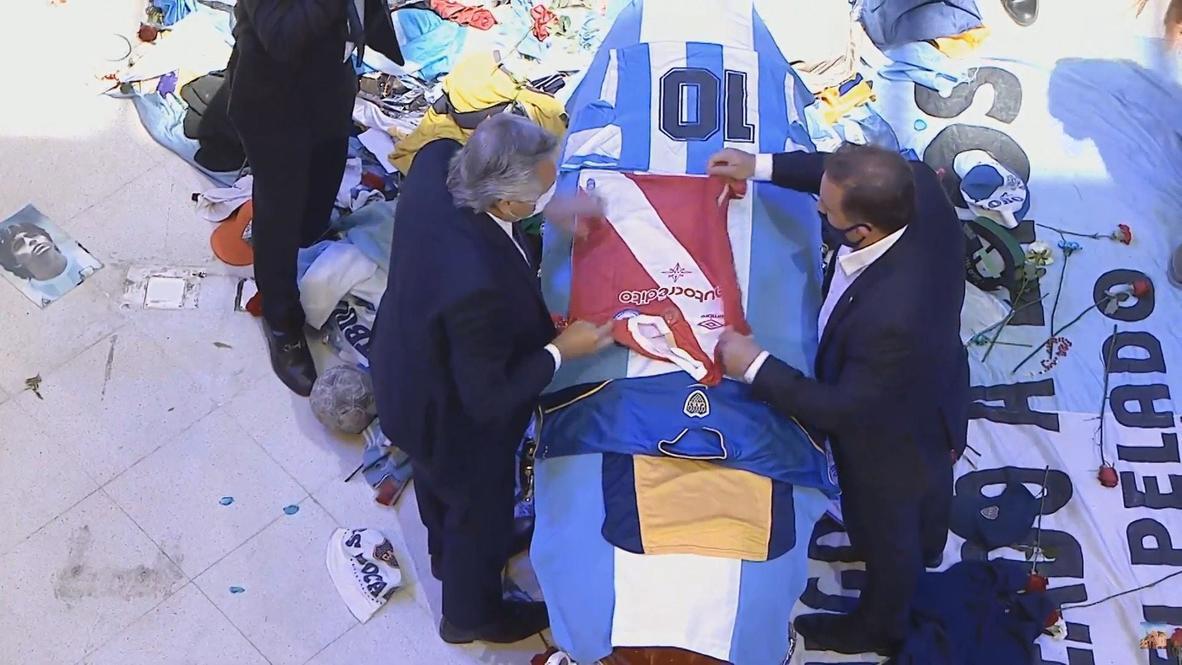 الأرجنتين: الرئيس فرنانديز يلقي نظرة الوداع على جثمان مارادونا بالمقر الرئاسي في بوينس آيرس