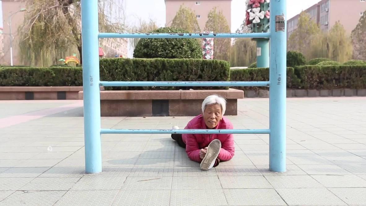 Эластик-фантастик. Китаянка в 82 года стала звездой благодаря своей невероятной гибкости
