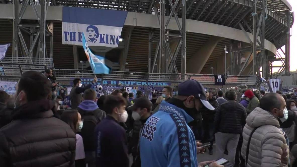Italia: Hinchas del Nápoles se reúnen frente al estadio San Paolo para honrar la memoria de Maradona