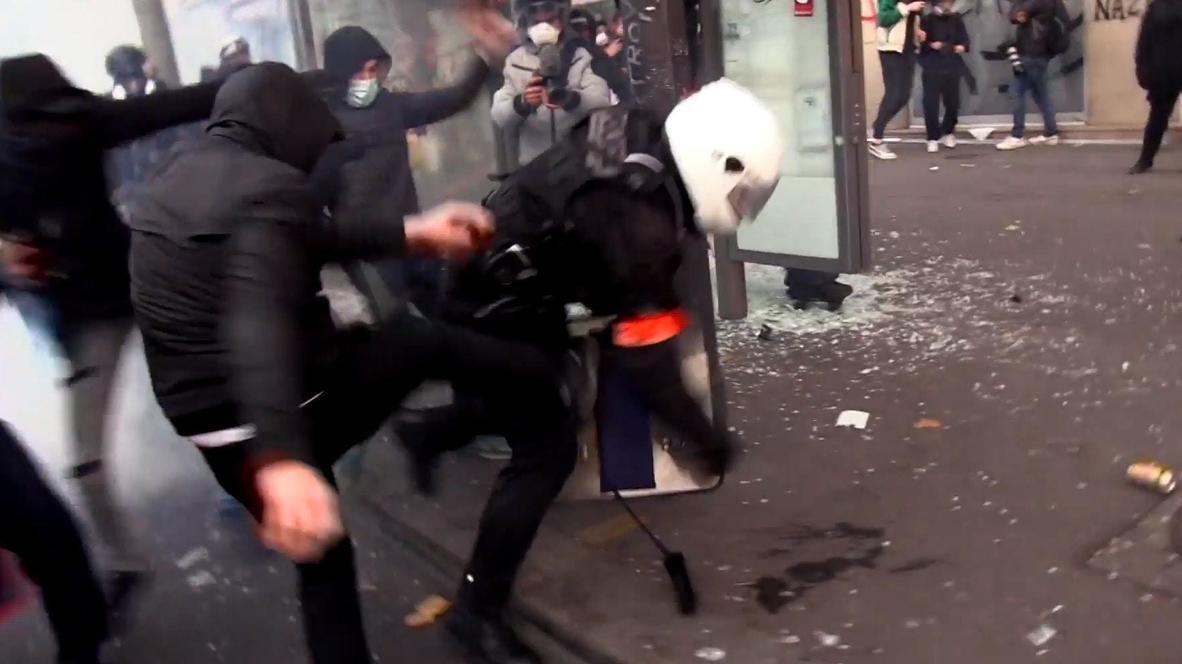 Франция: Протесты в Париже переросли в столкновения с полицией