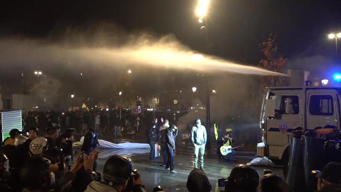 Francia: Policía usa cañones de agua contra los manifestantes en París