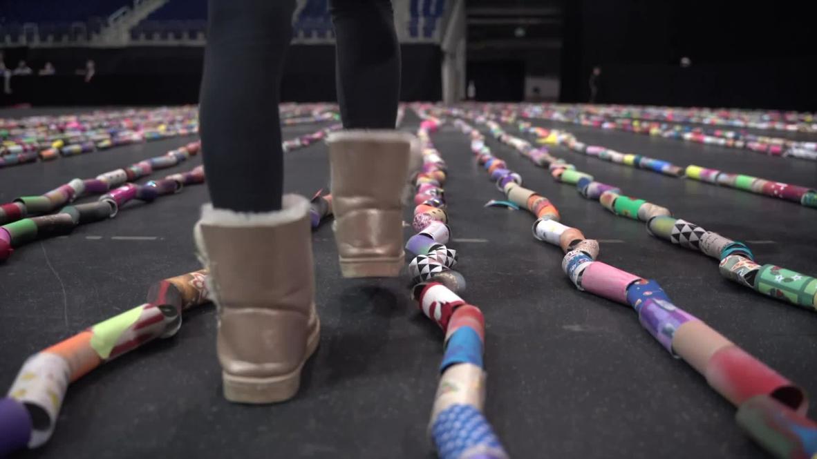 برلينية تهدف لتسجيل رقم قياسي عالمي بتشكيلها حروفا ضخمة من أكثر من 10 آلاف لفافة مناديل حمام