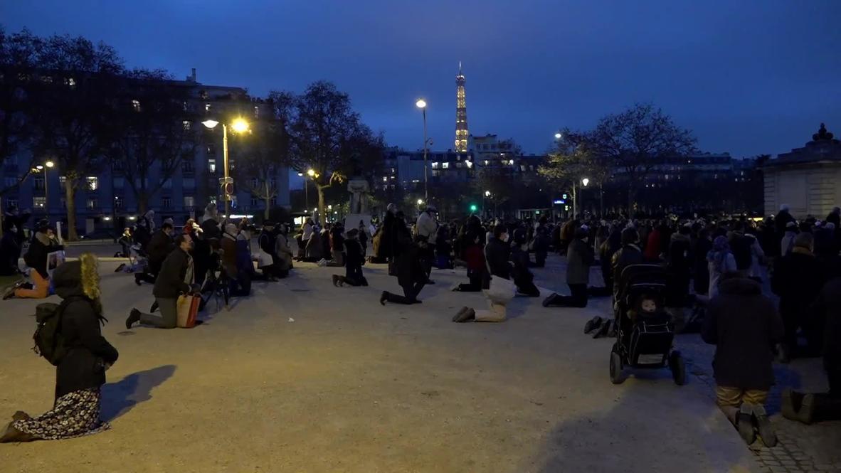 Francia: Católicos asisten a misa al aire libre en medio de restricciones por el covid-19 en París