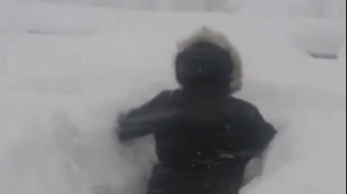 Россия: Жители Норильска проделывают туннели в огромных сугробах