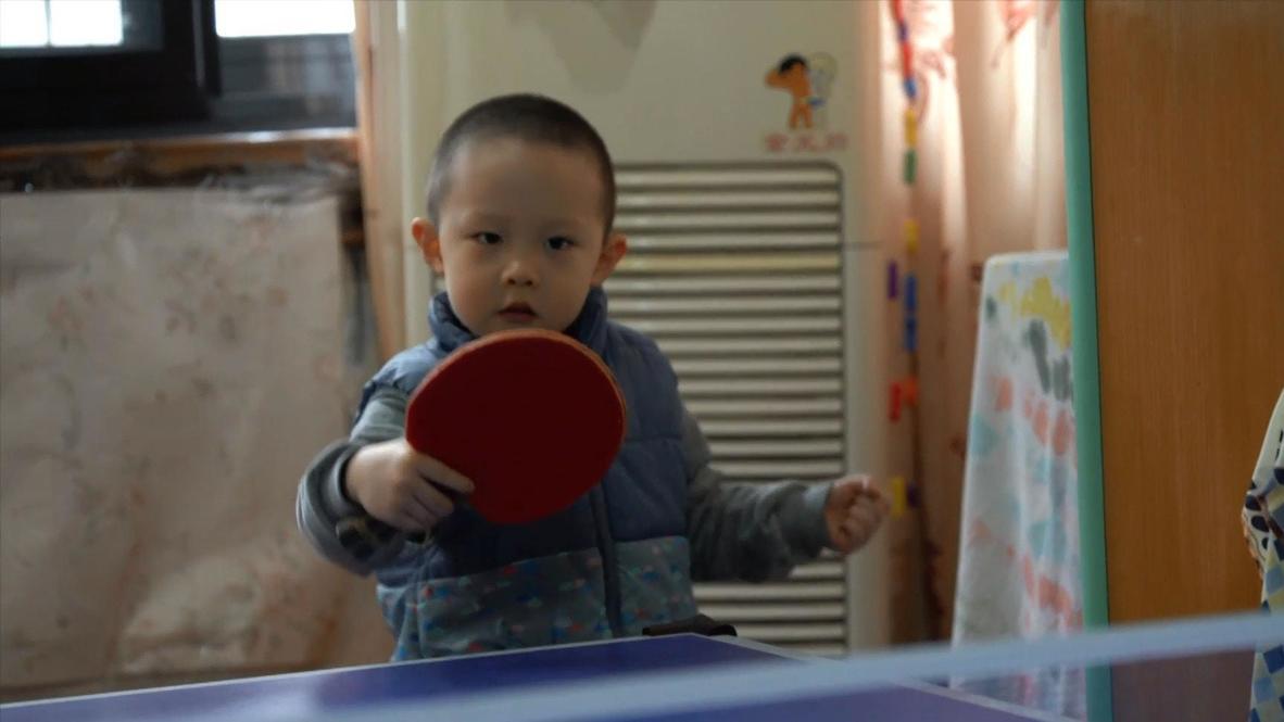 Un niño de 3 años prodigio del tenis de mesa muestra sus habilidades en China