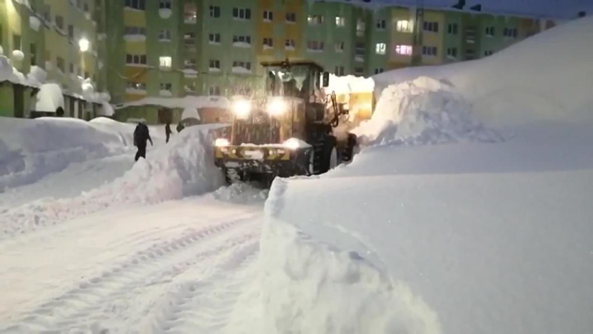 Россия: Коммунальные службы Норильска продолжают устранять последствия мощного снегопада