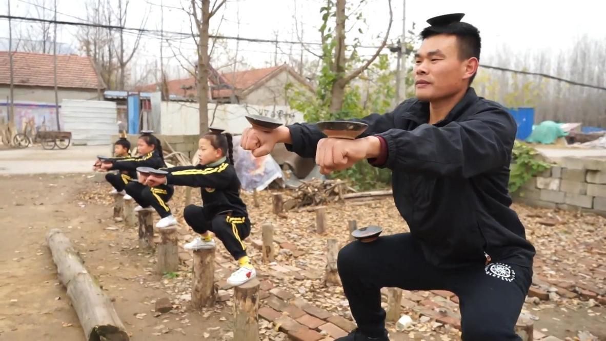 Padre de tres niños prodigio chinos de las artes marciales organiza entrenamientos en su casa