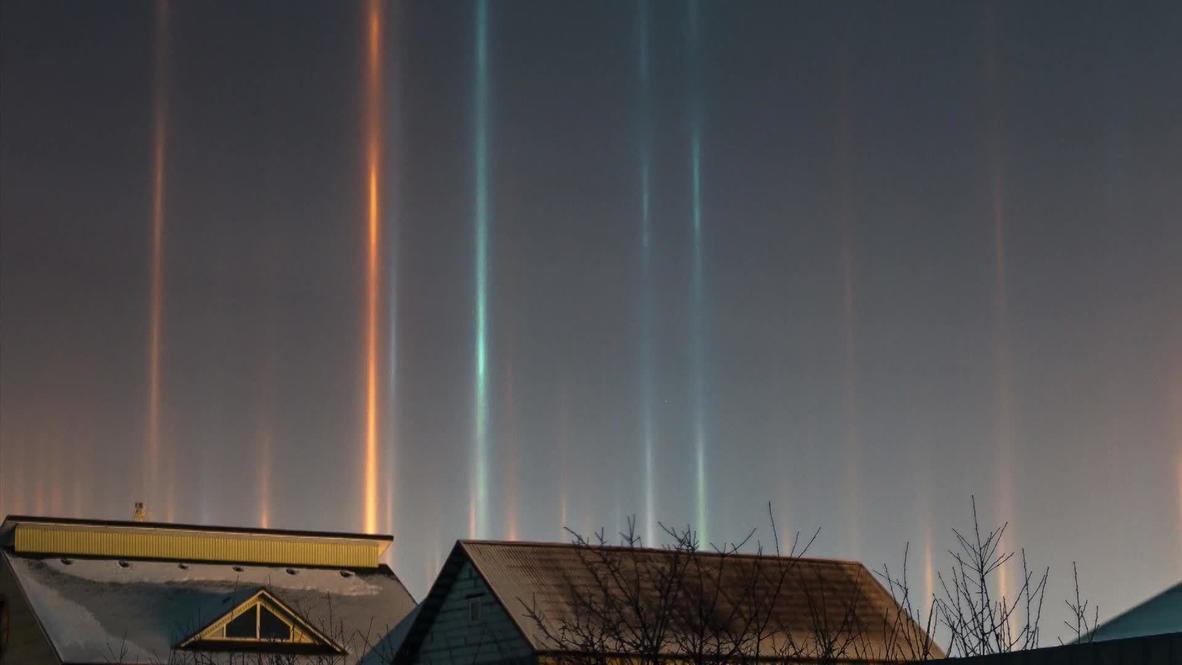 """روسيا: ظهور """"أعمدة من الضياء"""" في سماء مدينة تيومين ليلاً"""