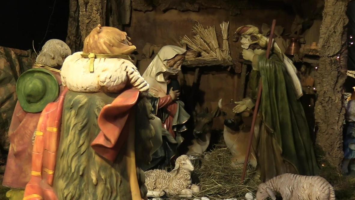 Italia: María y José se ponen sus mascarillas en el belén de la catedral de Turín, adaptado al covid-19