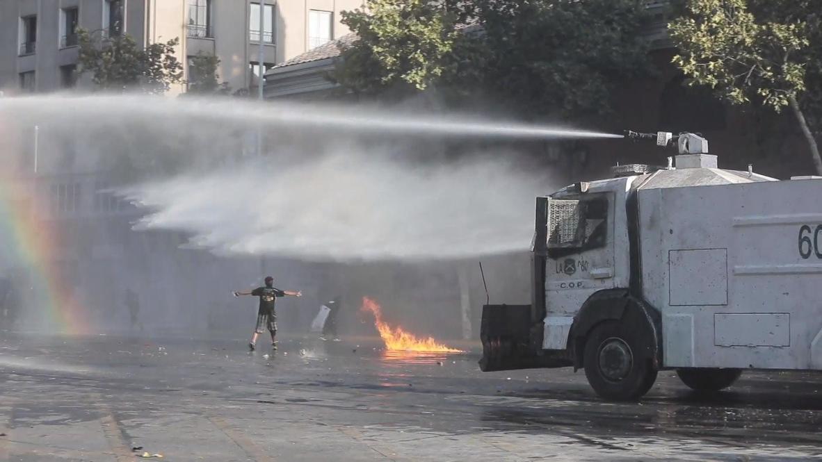 Chile: Cañones de agua y gas lacrimógeno para dispersar una protesta antigubernamental