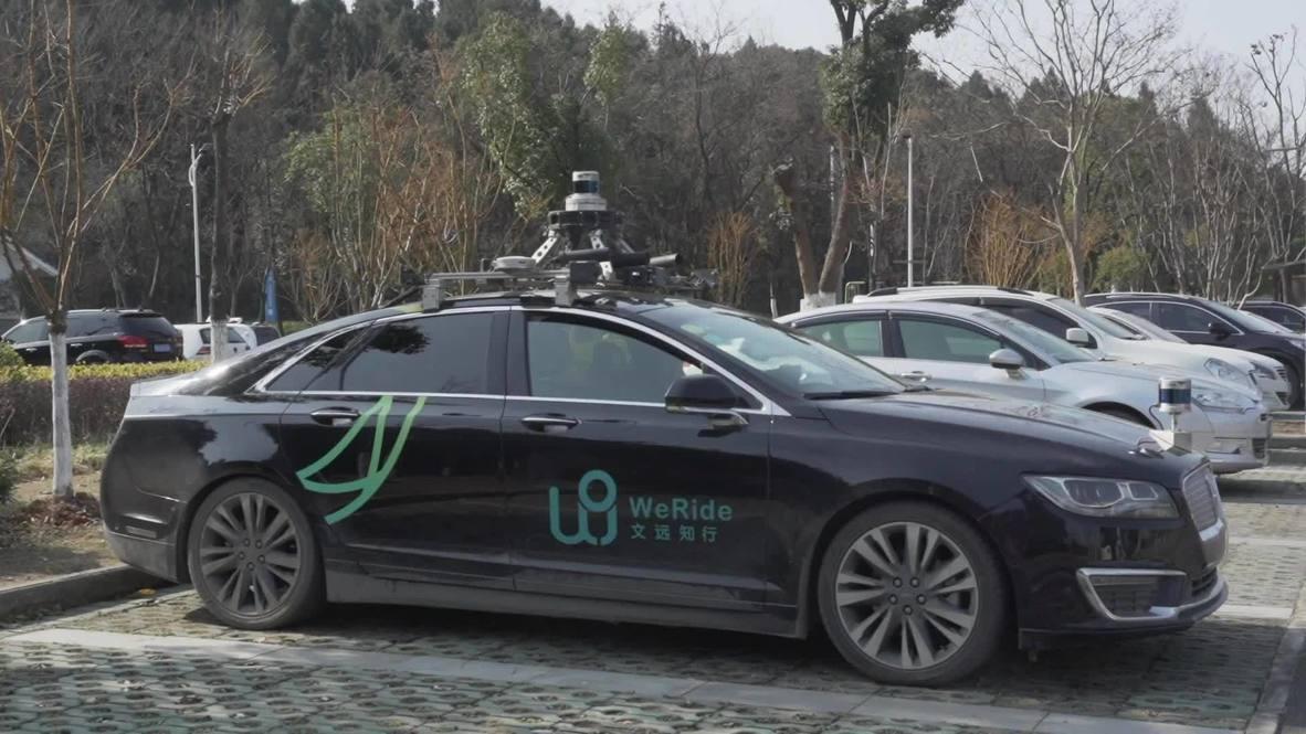 Máquinas expendedoras de conducción autónoma deambulan por un parque de Wuhan