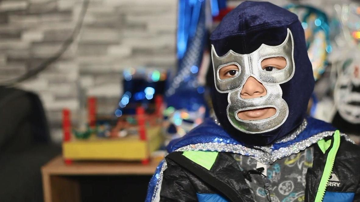 Синий Демон против лейкемии. 7-летний мальчик из Мексики посещает врачей в маске рестлера
