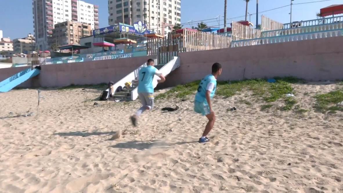 Un dúo palestino muestra su destreza haciendo parkour con una sola pierna