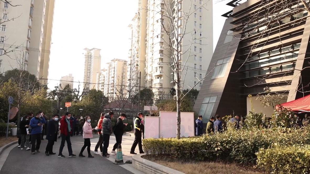 الصين: سكان شنغهاي يصطفون لتلقي لقاح كوفيد-19 في حين تسجل البلاد أول حالة وفاة منذ شهر مايو
