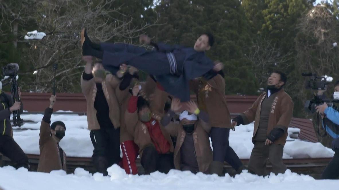 Novio recién casado es lanzado a la nieve en una tradición japonesa de 300 años para atraer la buena suerte