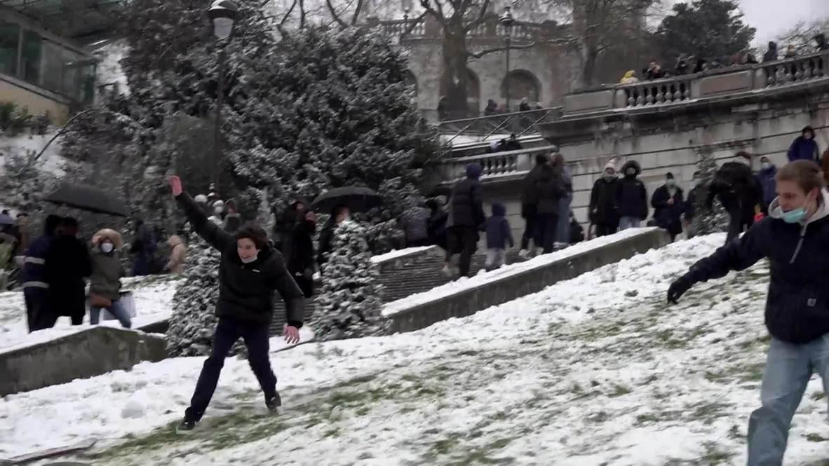 Франция: Парижане отправились кататься по заснеженным склонам Монмартра