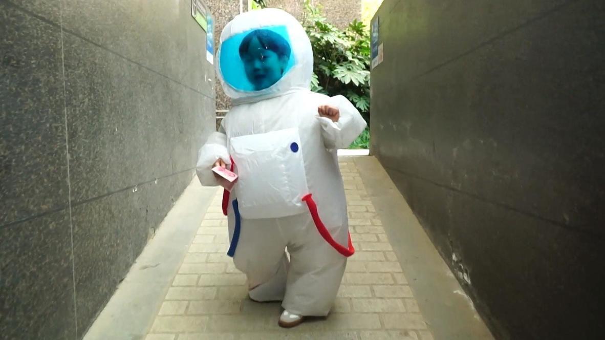طفل يرتدي زي رائد فضاء يتحول إلى نجم وسائل التواصل الاجتماعي في الصين