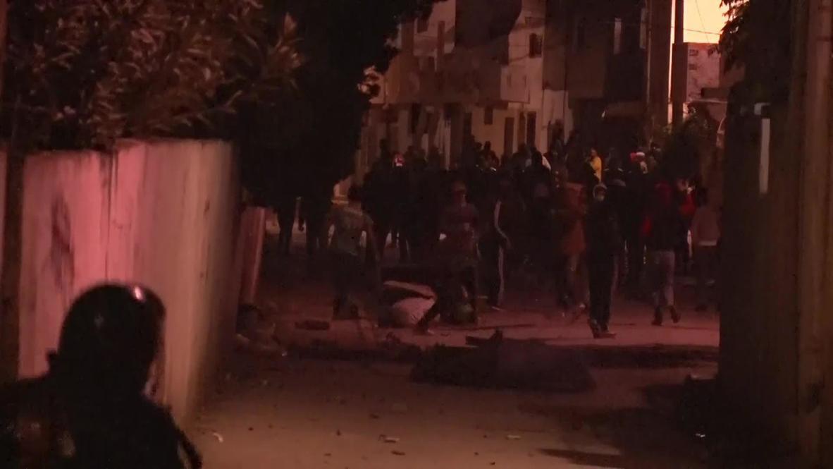 تونس: إطلاق الغاز المسيل للدموع على متظاهرين خالفوا إجراءات الإغلاق خلال احتجاجات ليليّة