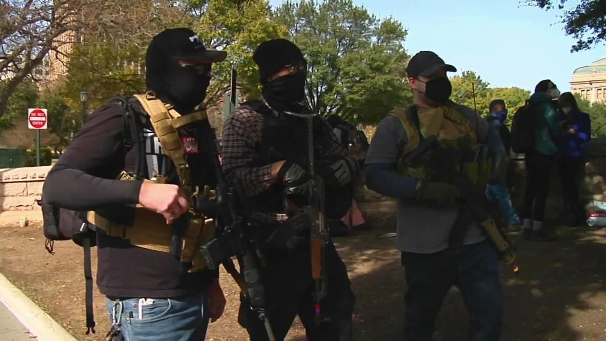 EE.UU.: Activistas armados protestan frente al Capitolio del estado de Texas en Austin