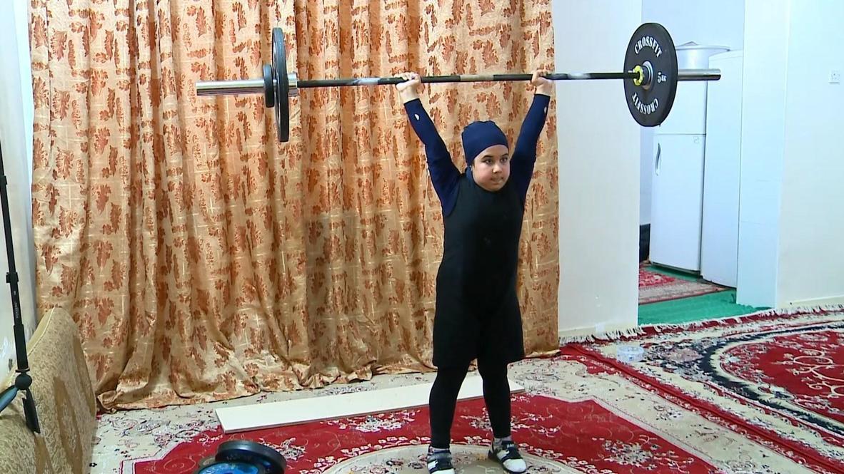 ¡No es un juego de niños! Levantadora de pesas iraní de diez años se convierte en toda una estrella local de halterofilia