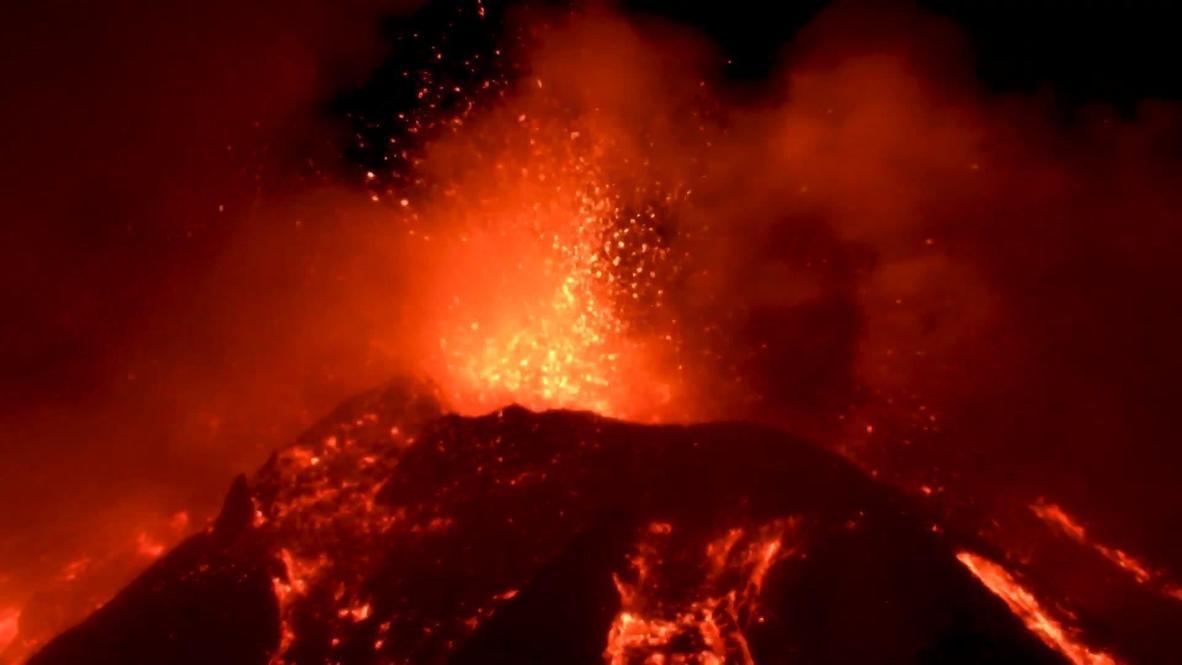 Italia: Fuego y truenos en imponente y espectacular erupción del volcán Etna