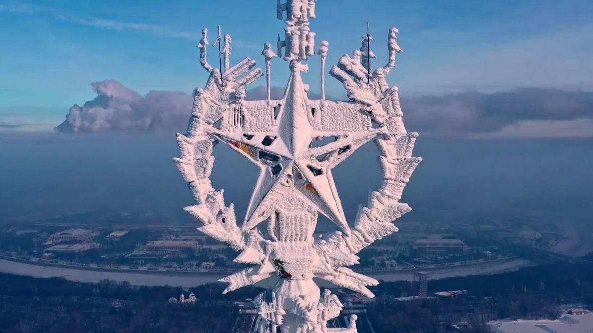 Fotógrafo graba la congelada estrella en la torre del edificio de la Universidad de Moscú