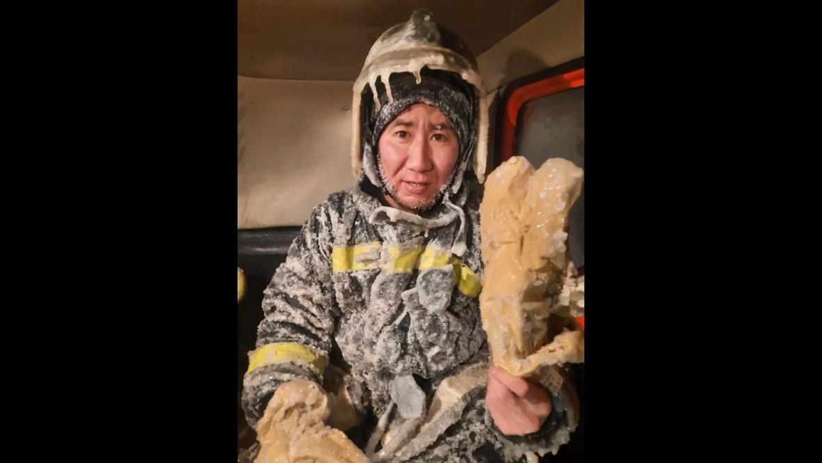 Лед и пламя. После работы в -55 якутские пожарные снимают спецкостюмы при помощи молотков