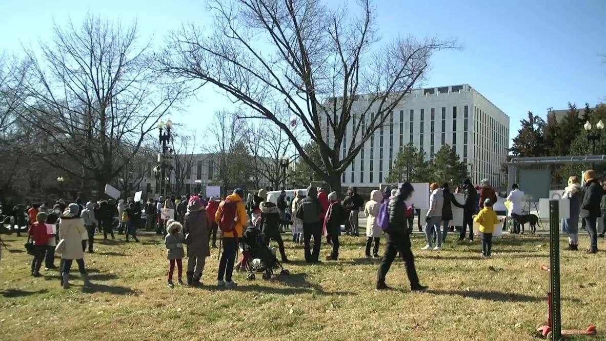 الولايات المتحدة الأمريكية: محتجون يتجمّعون خارج السفارة الروسية في العاصمة للمطالبة بالإفراج عن نافالني