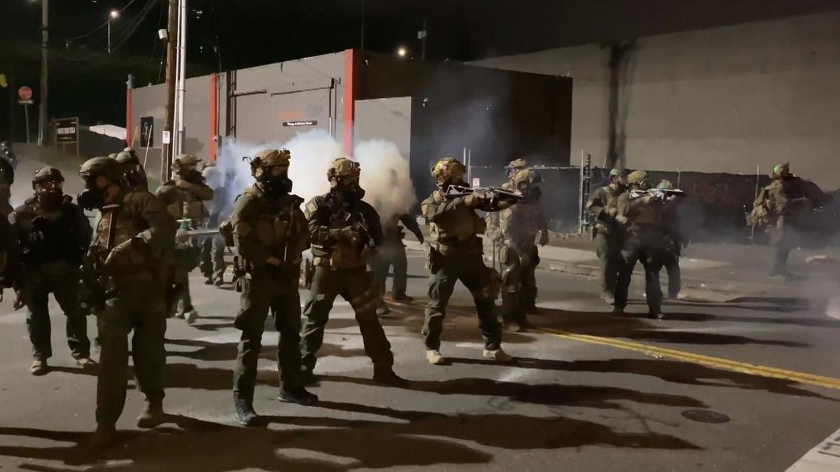EE.UU.: Activistas y policía se enfrentan junto a las instalaciones de ICE en Portland