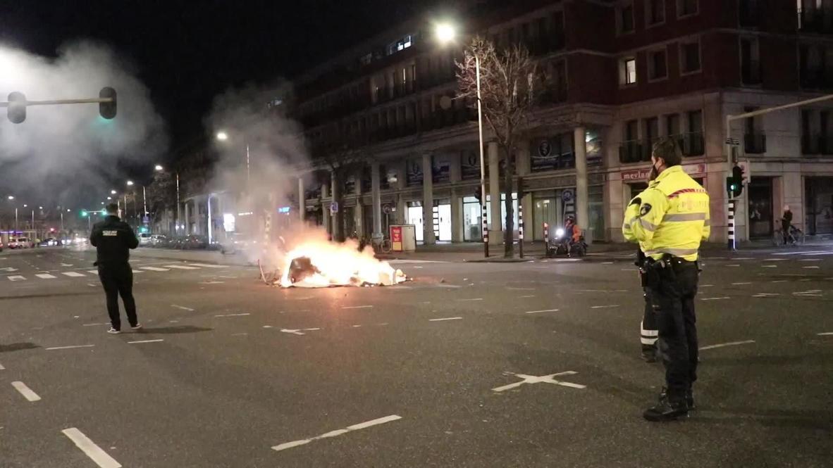 هولندا: الشرطة ورجال الإطفاء يخمدون الحرائق ويزيلون الحطام في لاهاي بعد احتجاجات ضد الإغلاق