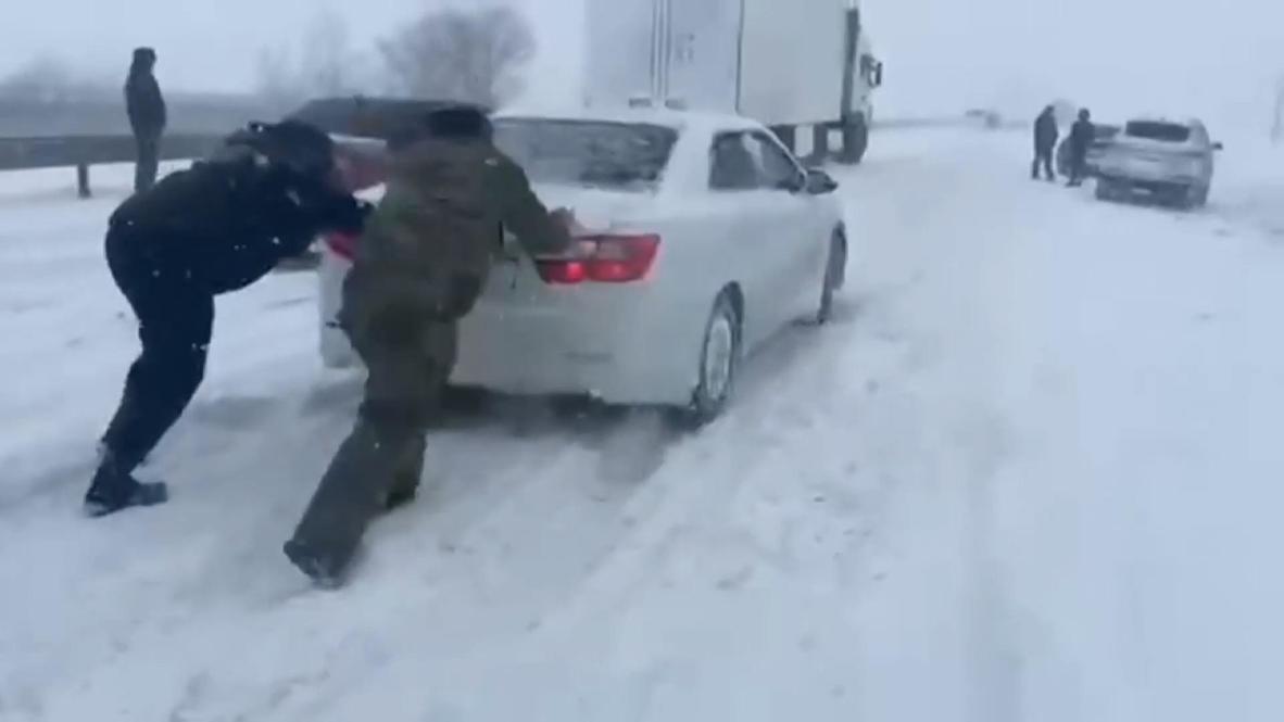 Казахстан: Сотрудники МЧС за выходные спасли 64 человека из снежных заносов