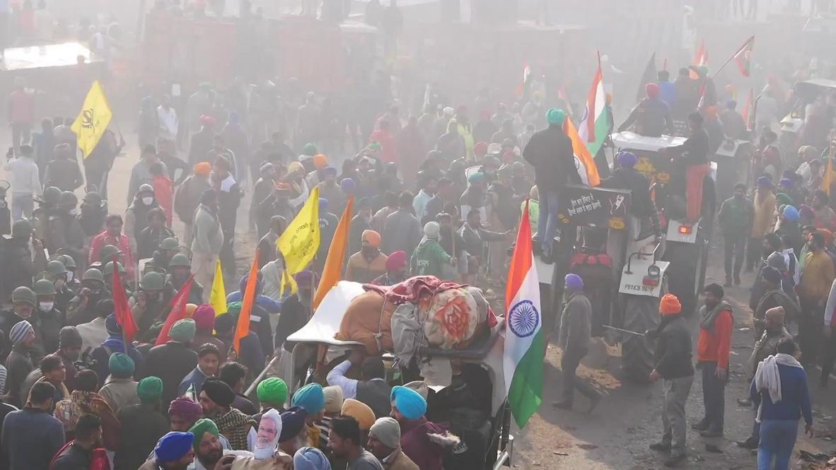 India: Agricultores rompen barricadas policiales durante protesta con tractores en Nueva Delhi