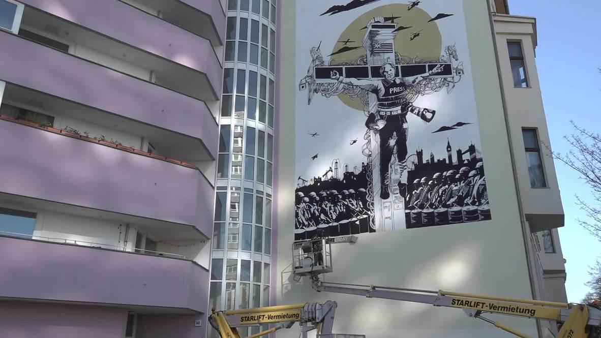 Alemania: Artistas representan a Assange crucificado en un mural develado  en Berlín | Video Ruptly