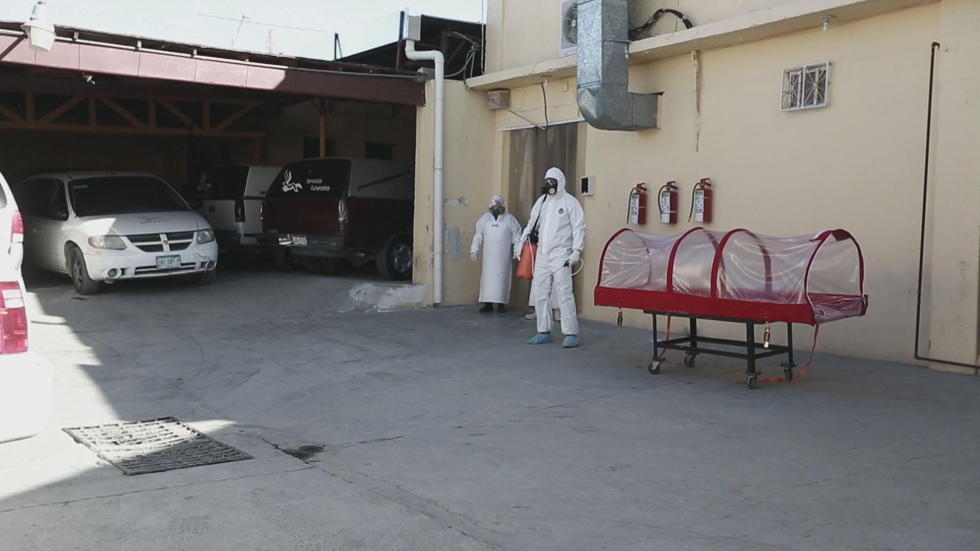 México: Funerarias de Ciudad Juárez trasladan cuerpos dentro de una cápsula aislante ante temor de contagio