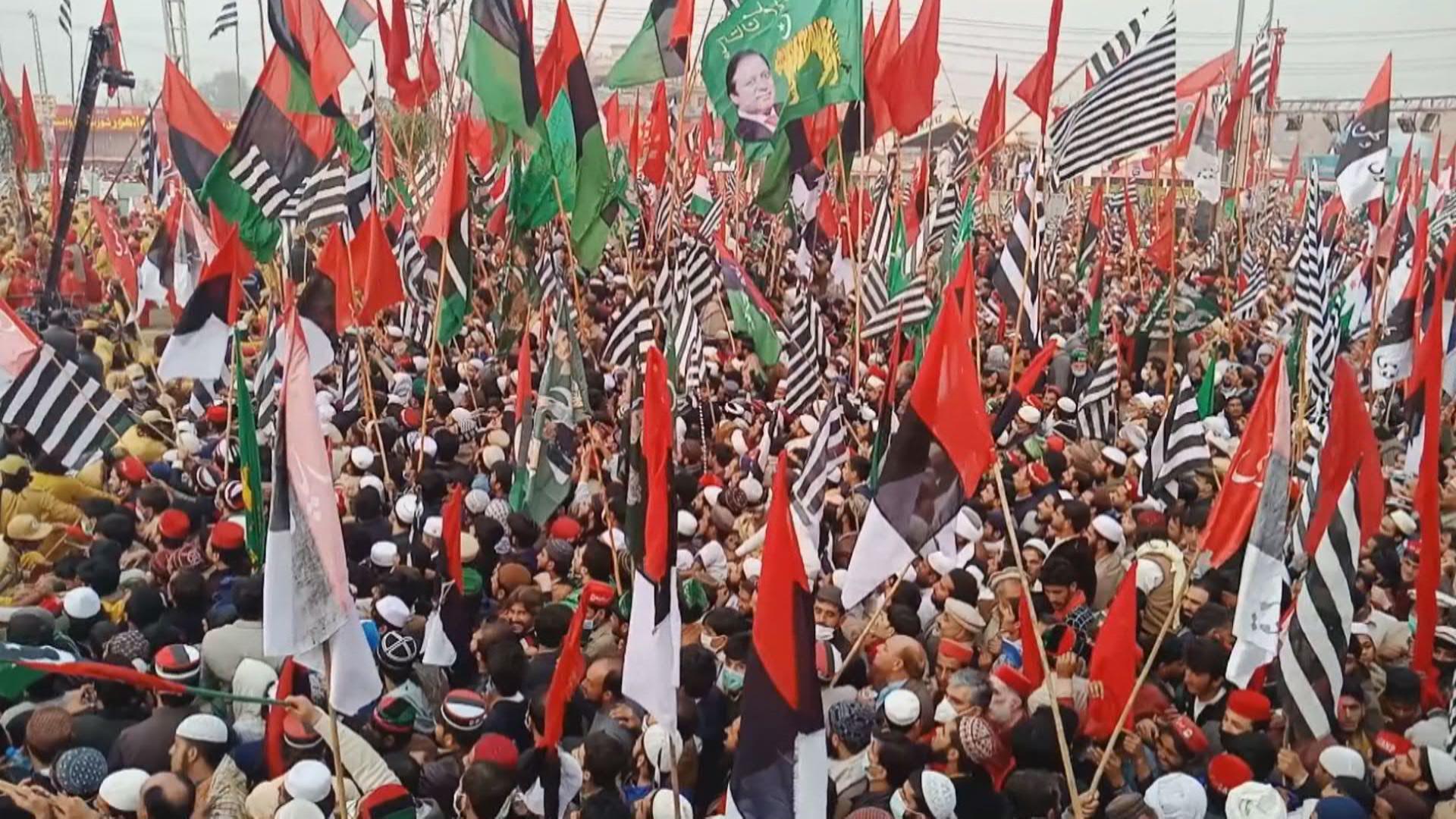 باكستان: الآلاف ينضمون إلى حشد للمعارضة في بيشاور في تحد لحظر التجمعات بسبب كورونا