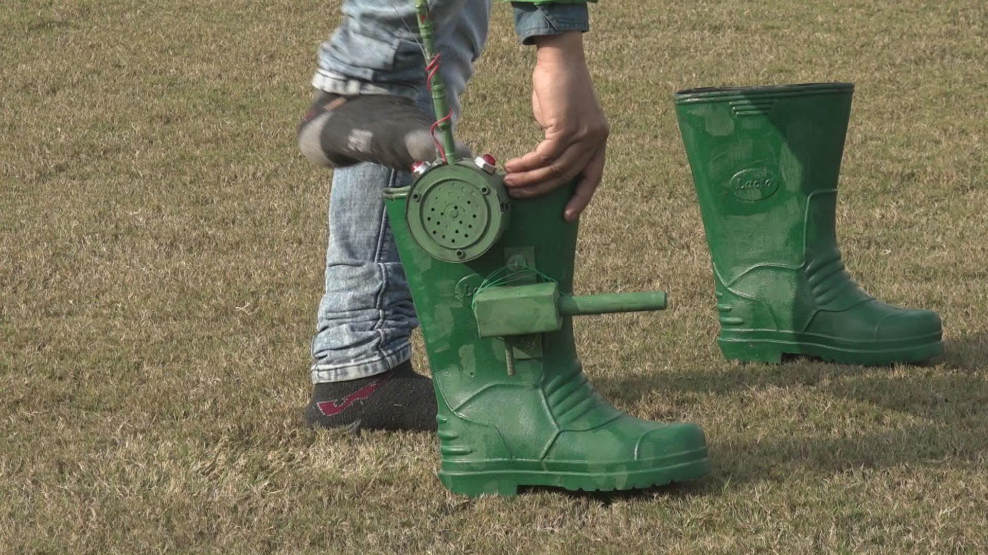 Un entusiasta de la tecnología indio presenta sus botas 'anti-infiltración' para uso militar